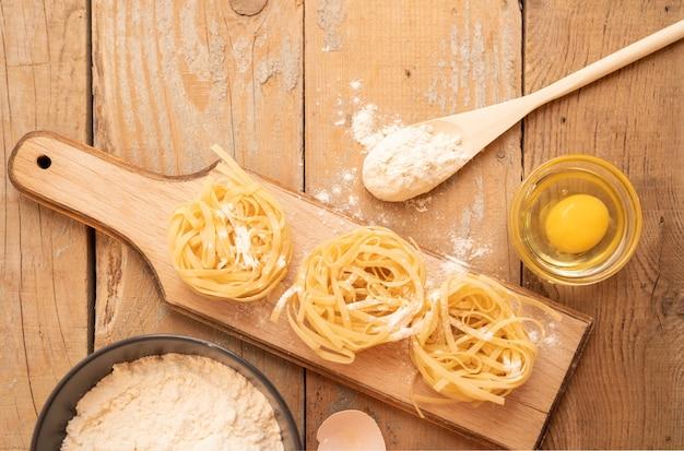 Vue de dessus des pâtes avec oeuf et farine