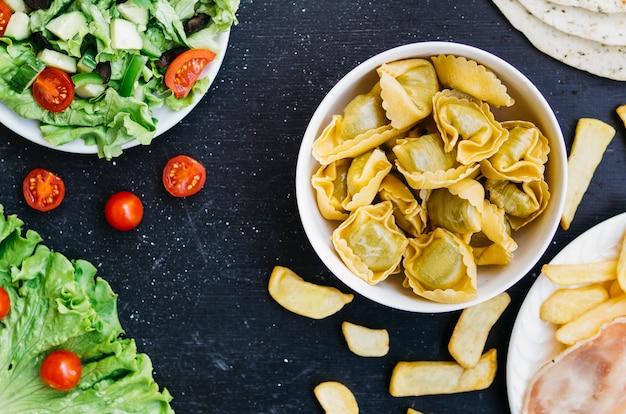 Vue de dessus pâtes vs salade