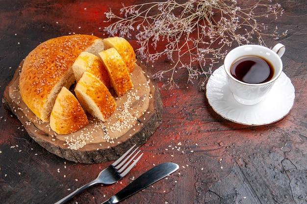 Vue de dessus de la pâtisserie sucrée coupée en morceaux sur une surface sombre