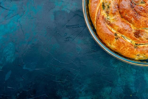 Vue de dessus pâtisserie verdoyante avec des verts à l'intérieur sur le fond sombre.