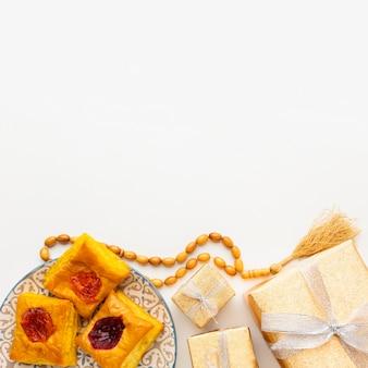 Vue de dessus des pâtisseries du nouvel an islamique avec espace copie