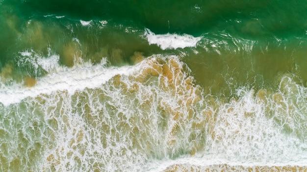 Vue de dessus paysage de belle mer tropicale en image de saison d'été par vue aérienne drone tourné, vue grand angle