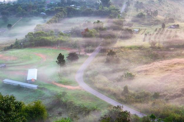 Vue de dessus paysage avec la brume à khao ta kean ngo, district de khao kho, phetchabun, thaïlande