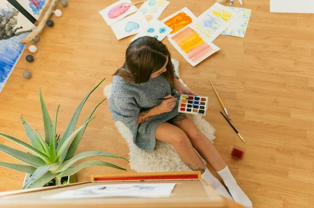 Vue de dessus de peintre contemporain créatif
