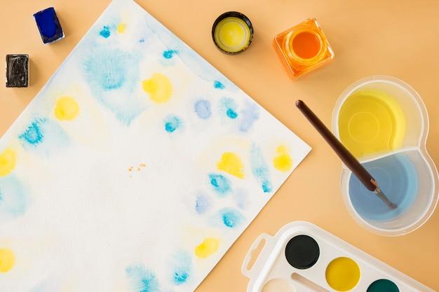 Vue de dessus de la peinture aquarelle avec pinceau
