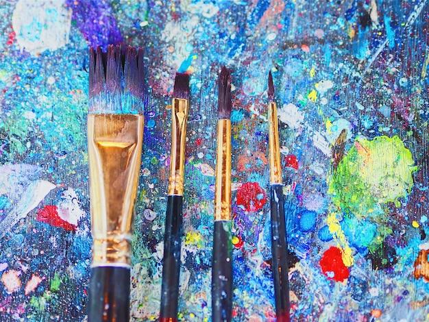 Vue de dessus de la peinture au pinceau sur une table en bois avec des taches de couleur.