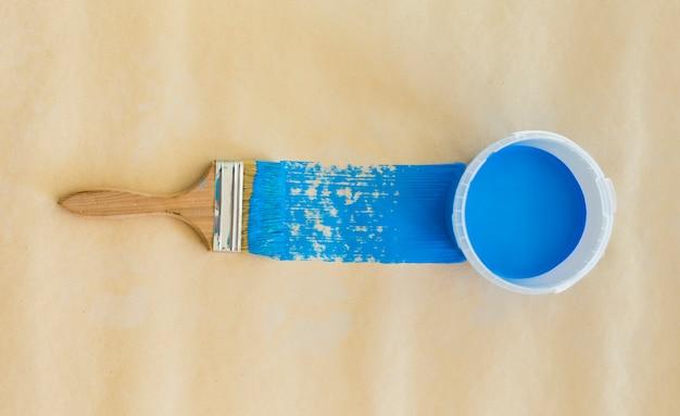 Vue de dessus de la peinture bleue et du pinceau