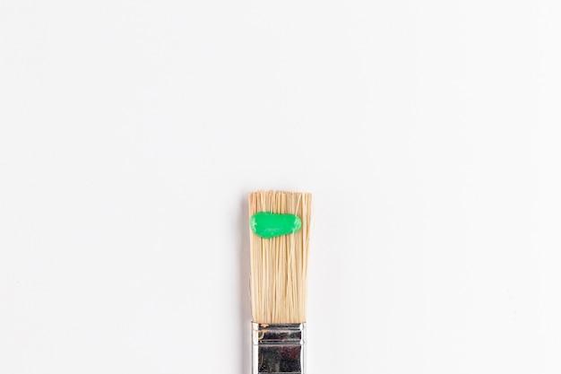 Vue de dessus de la peinture verte sur le pinceau