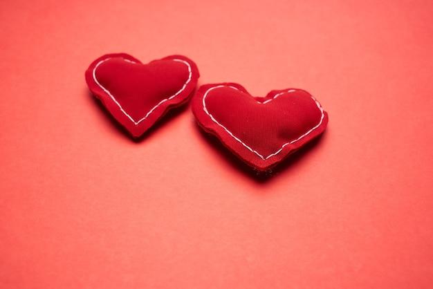 Vue de dessus en peluche coeur santé médecine fond rouge
