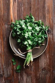 Vue de dessus persil vert frais sur une assiette