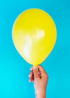 Vue de dessus, personne, tenue, jaune, ballon