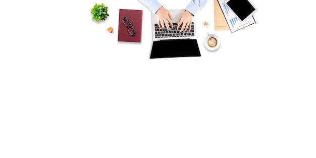 Vue de dessus d'une personne travaillant sur un ordinateur portable