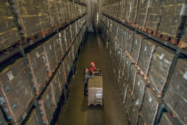 Vue de dessus des personnes debout dans le mégastore avec beaucoup de conteneurs sur les étagères