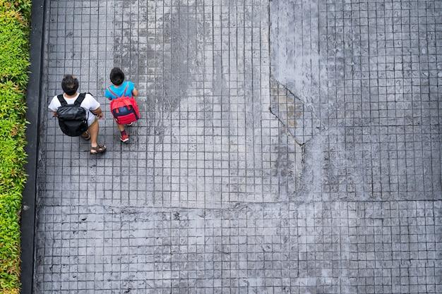 Vue de dessus des personnes voyageant à pied dans la ville