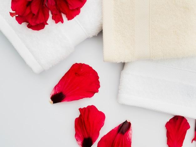 Vue de dessus des pétales avec des serviettes