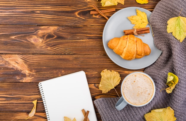 Vue de dessus petit déjeuner minimaliste avec espace de copie