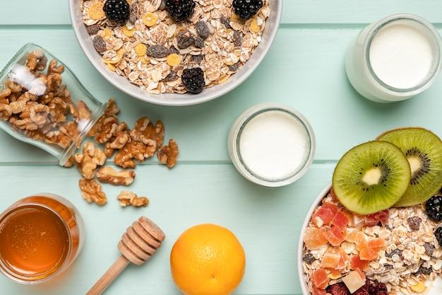 Vue de dessus petit-déjeuner sain avec muesli