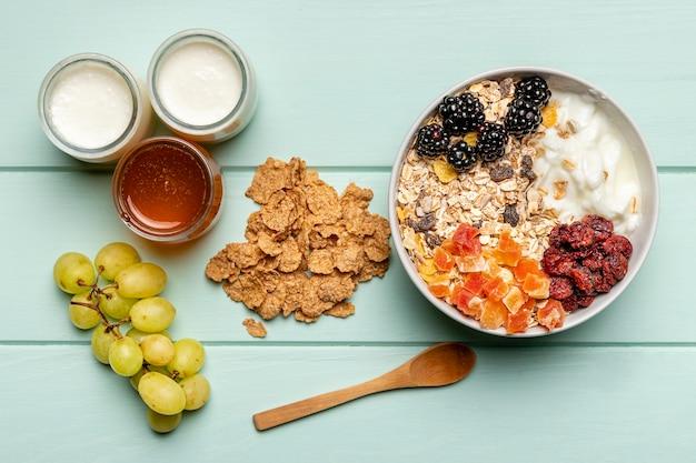 Vue de dessus petit-déjeuner sain sur table