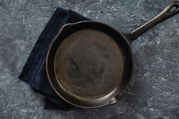 Vue de dessus de la petite casserole de cuisson vide