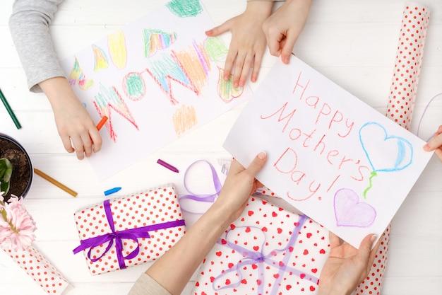 Vue de dessus de petite fille faisant une carte de voeux pour mère