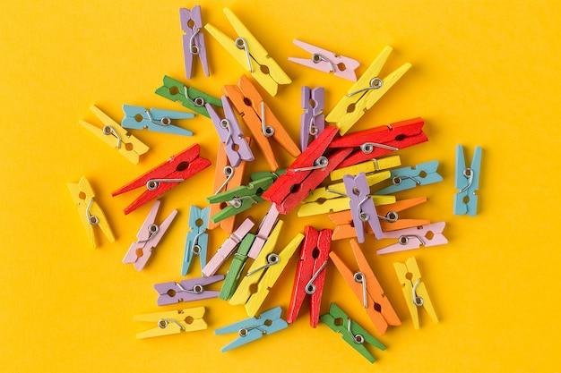 Vue de dessus de petites épingles de vêtements colorés