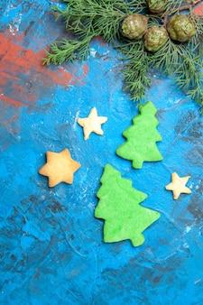 Vue de dessus de petites figures d'arbres sur la surface bleue