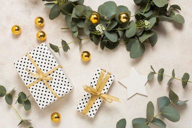 Vue de dessus, petits cadeaux emballés sur une table