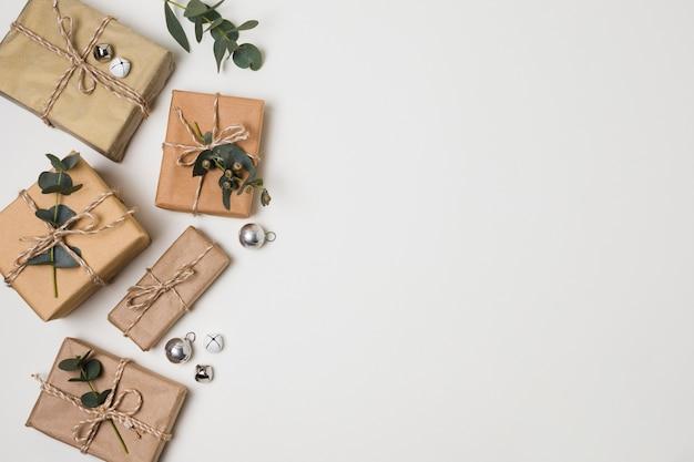 Vue de dessus des petits cadeaux emballés sur la table