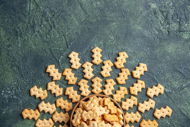 Vue de dessus de petits craquelins salés dans un bol