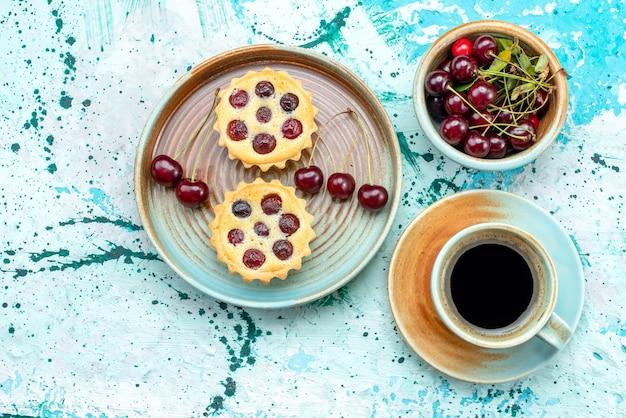 Vue de dessus des petits gâteaux aux cerises fraîches et décoration de soleil