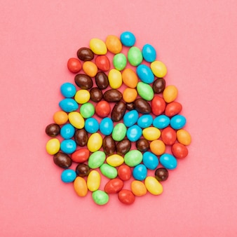 Vue de dessus de petits œufs peints sur table