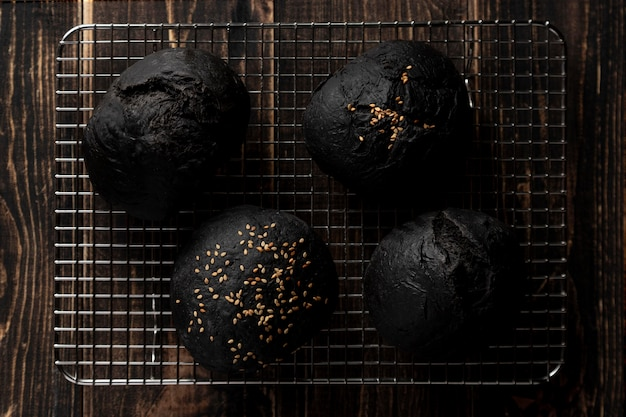 Vue de dessus des petits pains bugrer noir sur plateau