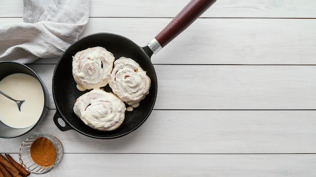 Vue de dessus des petits pains à la cannelle dans le moule