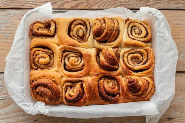 Vue de dessus des petits pains à la cannelle sur le plateau