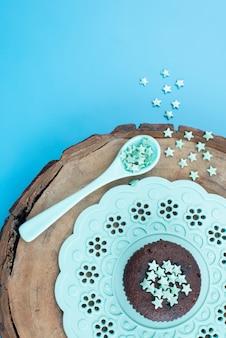 Une vue de dessus peu de signes d'étoile de couleur verte sur l'étoile de décoration de couleur en bois marron