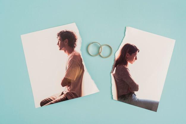 Vue de dessus photo cassée avec anneaux de mariage
