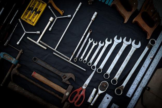 Vue de dessus photo une énorme collection de jeu d'outils à main et électriques pour le bois sur une surface noire isolée