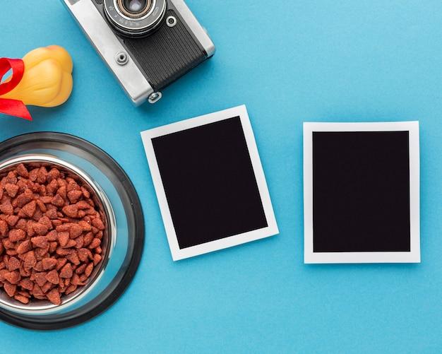 Vue de dessus des photos et des aliments pour animaux avec appareil photo pour la journée des animaux