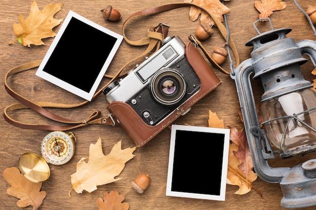 Vue de dessus des photos avec appareil photo et lanterne
