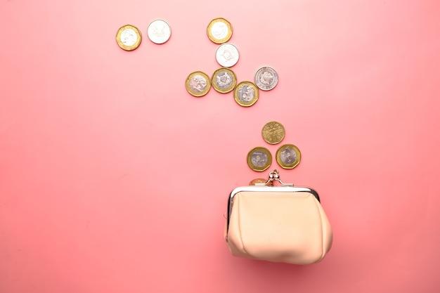 Vue de dessus des pièces dans un petit sac en cuir rose