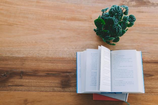 Vue de dessus pile de livre sur la table en bois avec étagère de livre est de fond à la bibliothèque