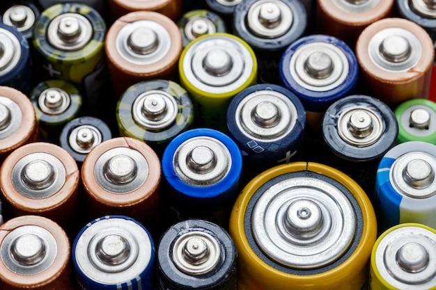 Vue de dessus. piles alcalines usagées de différentes tailles