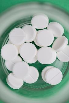 Vue de dessus des pilules blanches dans un récipient