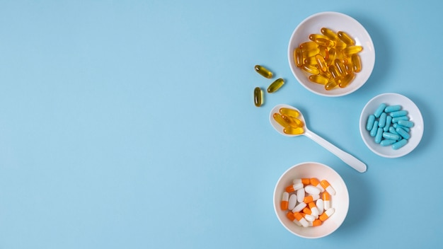Vue de dessus des pilules dans des bols avec espace de copie