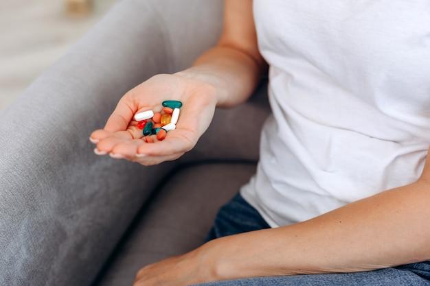 Vue de dessus des pilules sur la main