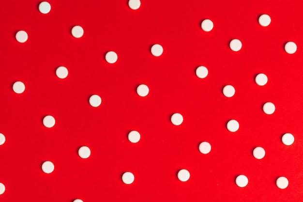 Vue de dessus des pilules de médecine pharmaceutique sur le rouge
