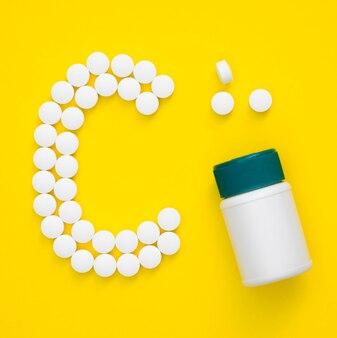 Vue de dessus des pilules orthographe lettre et conteneur