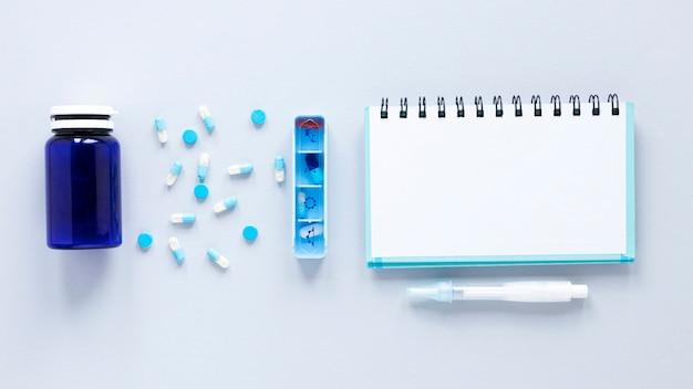 Vue de dessus pilulier coloré sur la table