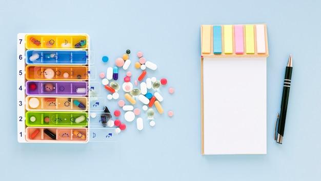 Vue de dessus des piluliers colorés avec des médicaments