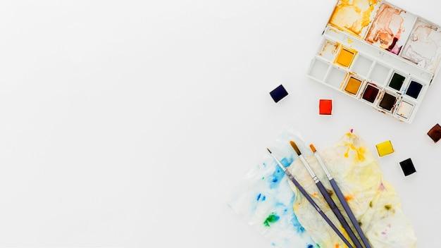 Vue de dessus pinceaux et aquarelles avec espace copie